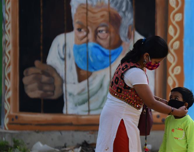 Đeo khẩu trang phòng lây nhiễm COVID-19 tại Tripura, Ấn Độ, ngày 25-11-2020. Ảnh: THX/TTXVN