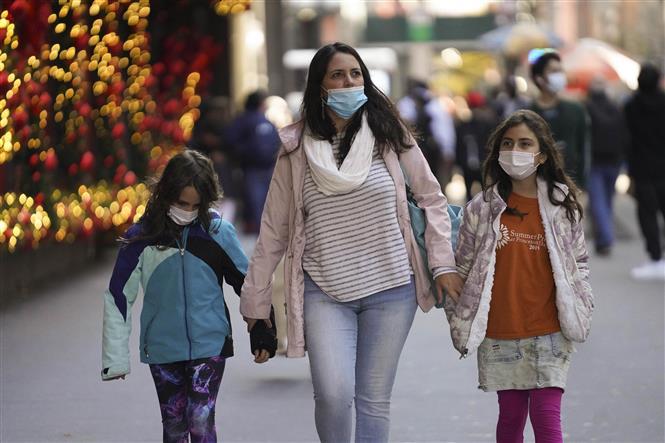 Người dân đeo khẩu trang phòng dịch COVID-19 tại New York, Mỹ ngày 27-11-2020. Ảnh; THX/TTXVN