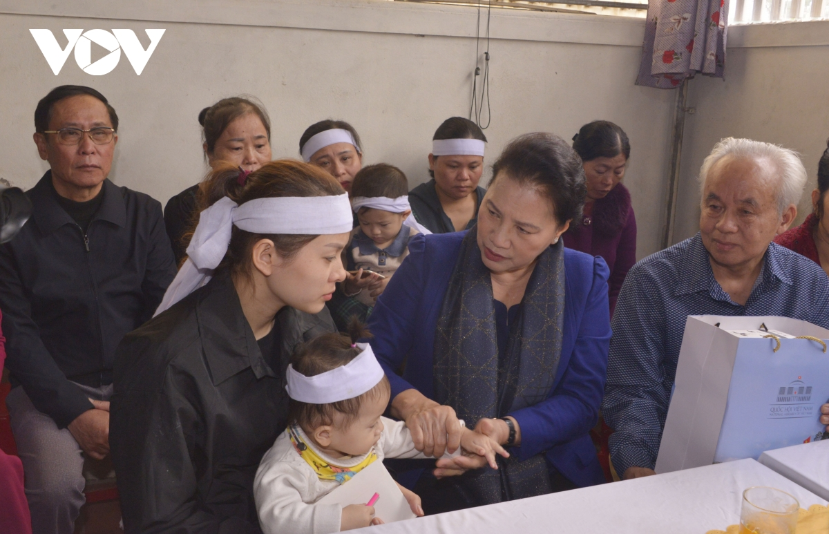 Chủ tịch Quốc hội thăm gia đình Liệt sỹ Đinh Văn Trung.