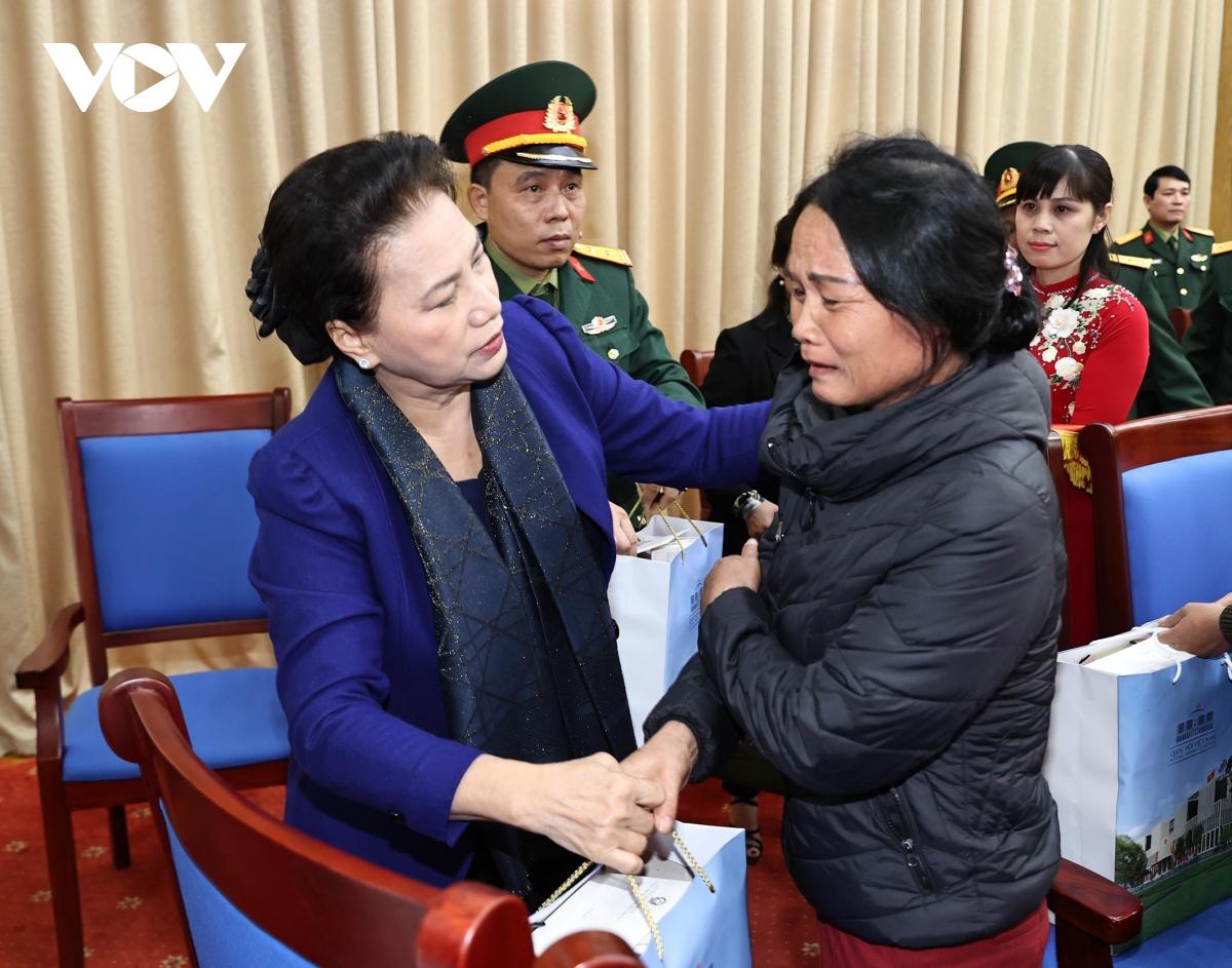Chủ tịch Quốc hội tặng quà cho các gia đình liệt sĩ