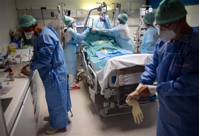 Nhân viên y tế điều trị cho bệnh nhân mắc COVID-19 tại một bệnh viện ở Toulouse, Pháp ngày 17-11-2020. Ảnh: AFP/TTXVN
