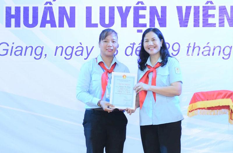 Chị Đỗ Thị Thúy Hằng (bên trái) đạt danh hiệu Huấn luyện viên Cấp II Trung ương. Ảnh: Huy KT