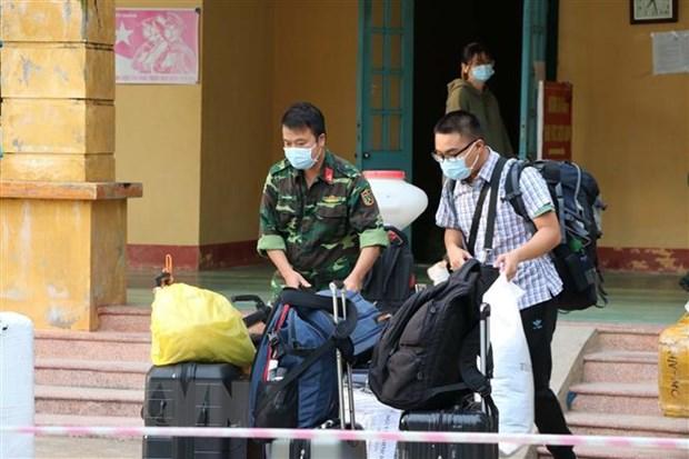 Cán bộ chiến sĩ Trung đoàn 814 giúp công dân vận chuyển đồ cá nhân tại khu cách ly. Ảnh: Thanh Hải/TTXVN