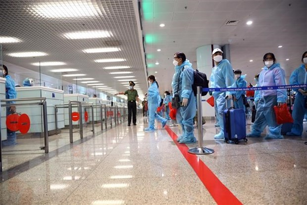 Hành khách đợi làm thủ tục nhập cảnh vào Việt Nam. Ảnh: Huy Hùng/TTXVN