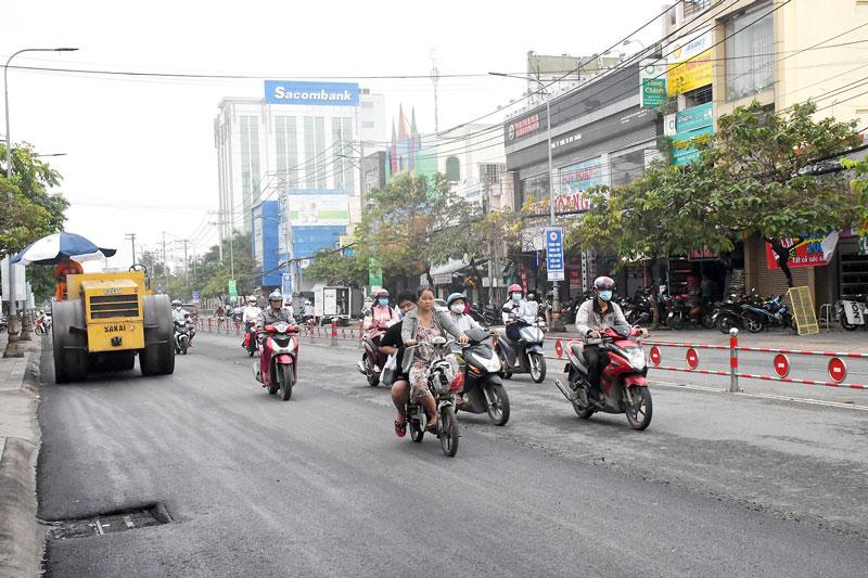 Nâng cấp đường Đại lộ Đồng Khởi, TP. Bến Tre. Ảnh: H. Hiệp
