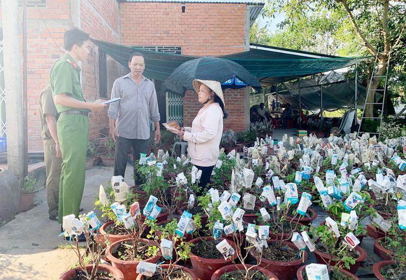 Công an xã Vĩnh Hòa tuyên truyền người dân nâng cao cảnh giác với tội phạm trộm cắp hoa kiểng.