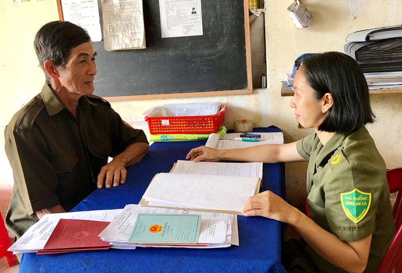 Ông Nguyễn Văn Tâm trao đổi công việc với Phó trưởng Công an xã.