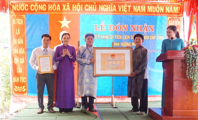 Phó giám đốc Sở Văn hóa, Thể thao và Du lịch Nguyễn Thị Ngọc Dung trao bằng xếp hạng cho đại diện địa phương.