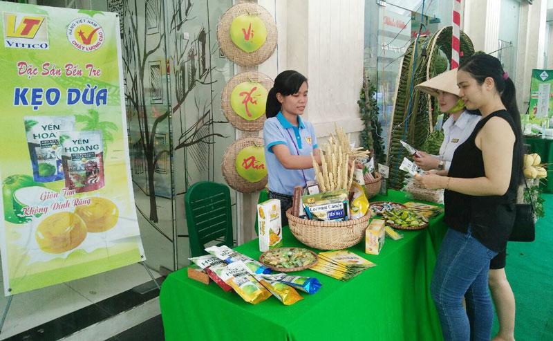 Kẹo dừa giòn của Công ty TNHH Vĩnh Tiến được chọn trưng bày ở nhiều sự kiện xúc tiến thương mại trong nước và quốc tế.