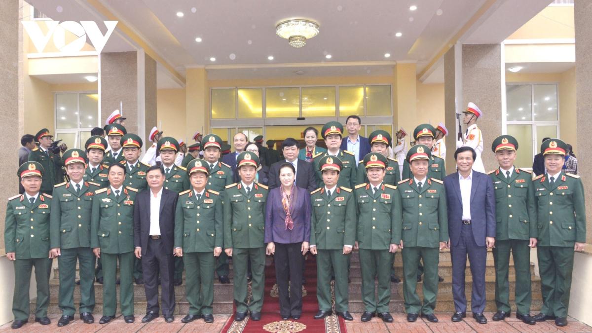 Chủ tịch Quốc hội cùng đoàn công tác chụp ảnh lưu niệm với lãnh đạo Quân khu 4. Ảnh VOV