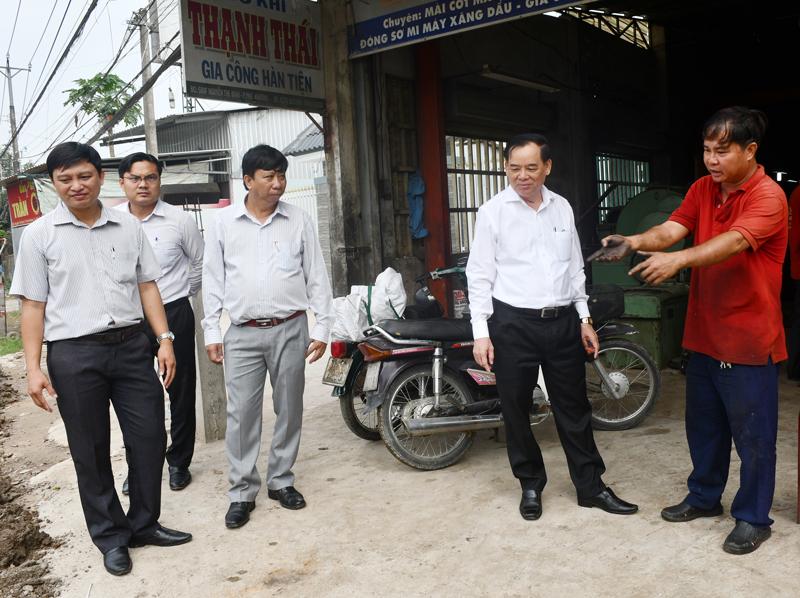 Chủ tịch UBND tỉnh Trần Ngọc Tam trao đổi với người dân sống ven đường Nguyễn Thị Định.