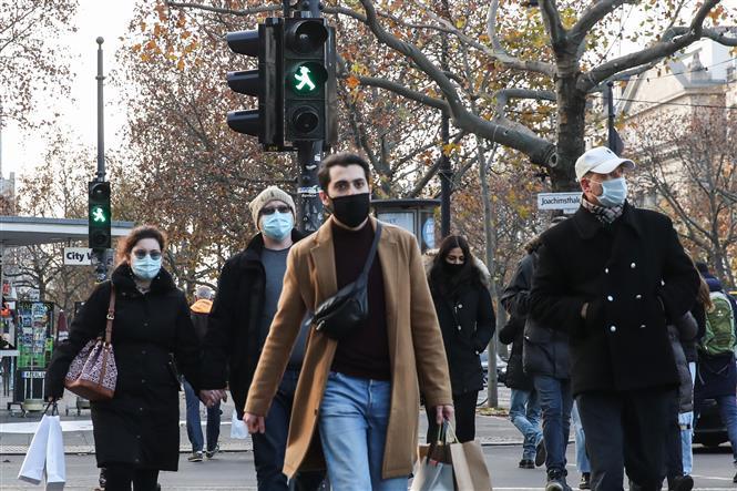Người đi đường đeo khẩu trang phòng dịch COVID-19 tại Berlin, Đức ngày 27-11-2020. Ảnh: THX/TTXVN