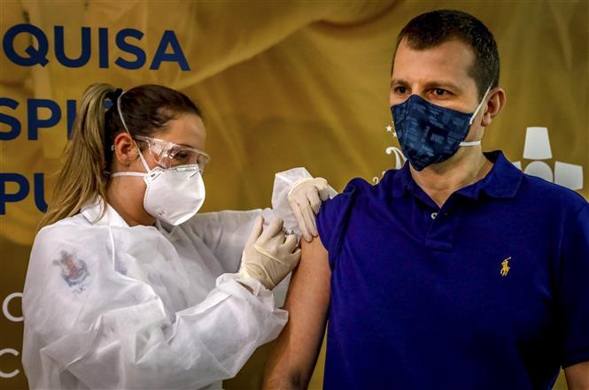 Nhân viên y tế tiêm thử nghiệm vắc-xin ngừa COVID-19 cho tình nguyện viên tại Porto Alegre, miền Nam Brazil, ngày 8-8-2020. Ảnh: AFP/TTXVN