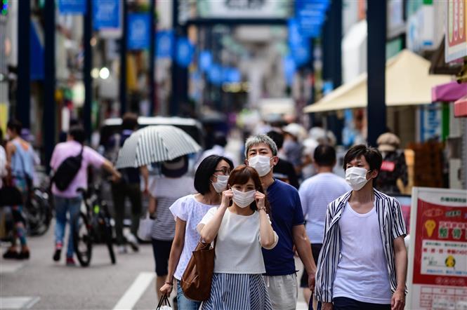 Người dân đeo khẩu trang phòng dịch COVID-19 tại Tokyo, Nhật Bản ngày 1-8-2020. Ảnh: AFP/TTXVN