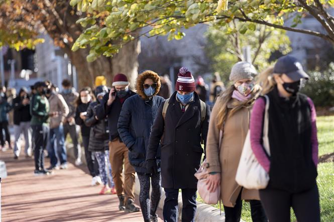 Người dân xếp hàng chờ lấy mẫu xét nghiệm COVID-19 ở Washington, DC., Mỹ ngày 23-11-2020. Ảnh: THX/TTXVN
