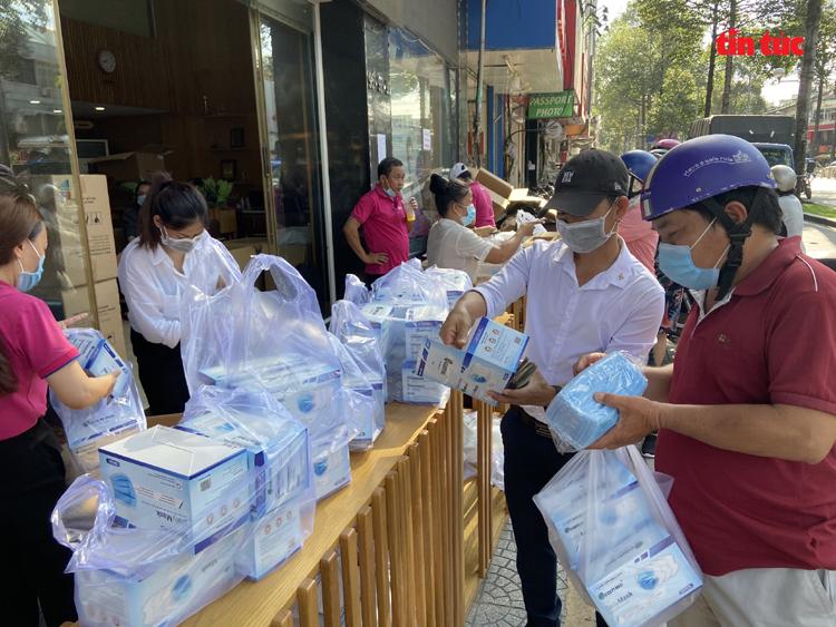 Người dân TP. Hồ Chí Minh mua khẩu trang tại Công ty Du Lịch Việt nằm trên đường Trần Hưng Đạo (quận 1) với giá 25.000 đồng/hộp. Ảnh: Mạnh Linh