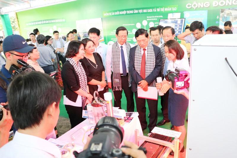 Đoàn công tác Bộ KH&CN tham dự sản phẩm Khởi nghiệp Đổi mới sáng tạo tại Techfest Mekong 2020, tổ chức tại Bến Tre. Ảnh: C.Trúc