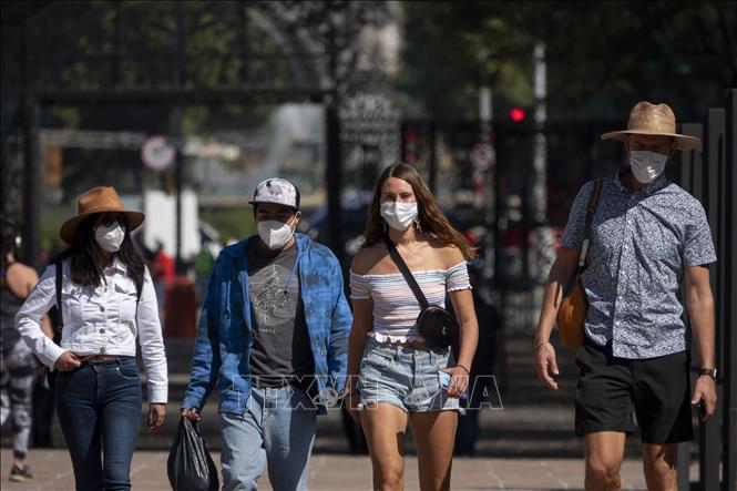Người dân đeo khẩu trang phòng lây nhiễm COVID-19 tại Mexico City, Mexico ngày 24-11. Ảnh: THX/TTXVN