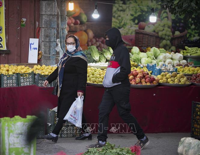 Người dân đeo khẩu trang phòng lây nhiễm COVID-19 tại Tonekabon, Iran ngày 29-11. Ảnh: THX/TTXVN