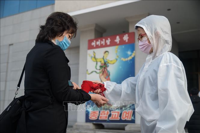 Kiểm tra y tế phòng lây nhiễm COVID-19 tại thủ đô Bình Nhưỡng, Triều Tiên. Ảnh: AFP/TTXVN