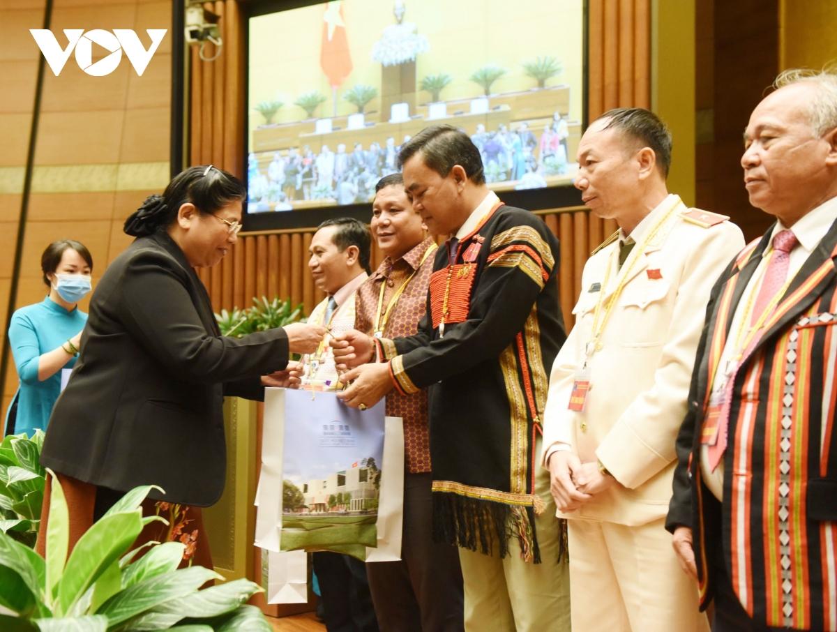Phó Chủ tịch Thường trực Quốc hội Tòng Thị Phóng trao quà cho các đại biểu.