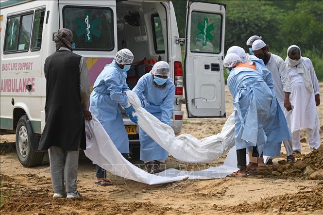 Chuyển thi thể bệnh nhân tử vong do COVID-19 tại New Delhi, Ấn Độ. Ảnh: AFP/TTXVN