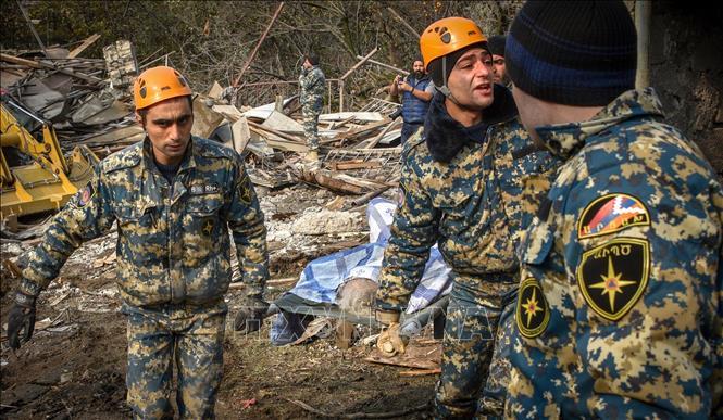 Nhân viên cứu hộ Azerbaijan chuyển nạn nhân thiệt mạng trong cuộc xung đột tại khu vực Nagorno-Karabakh,ngày 6-11-2020. Ảnh: AFP/TTXVN
