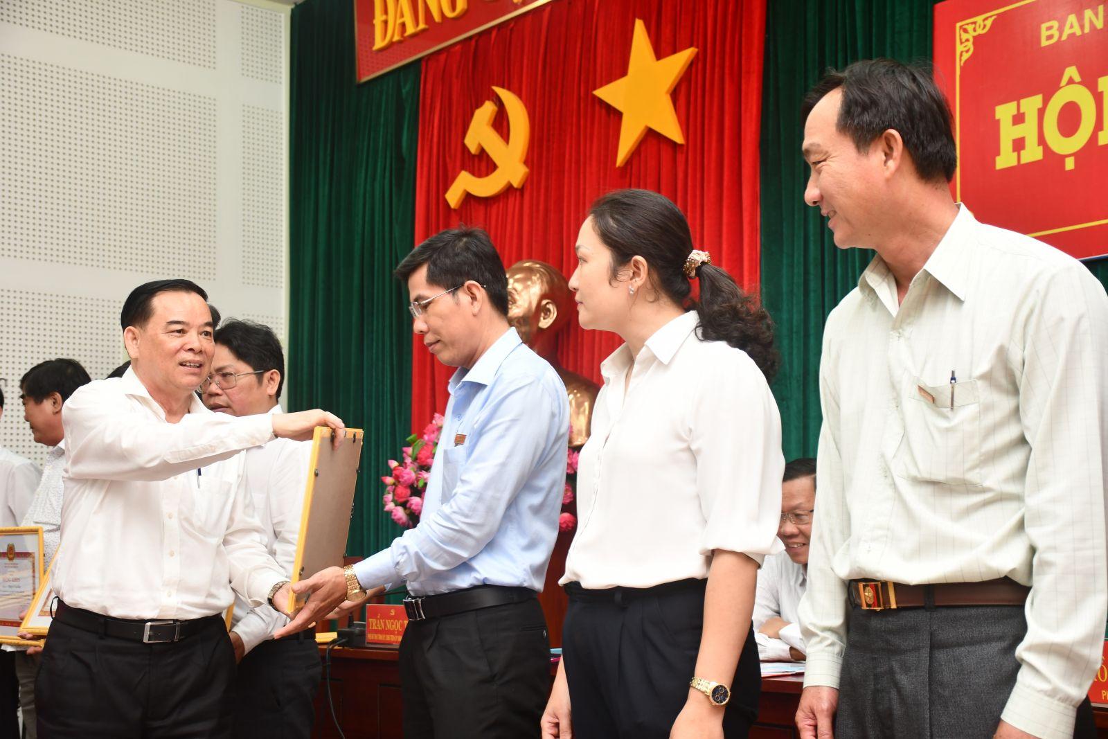 Chủ tịch UBND tỉnh Trần Ngọc Tam trao bằng khen của Tỉnh ủy cho các cá nhân có thành tích xuất sắc trong thực hiện Chỉ thị số 35 của Bộ Chính trị. Ảnh: Hữu Hiệp