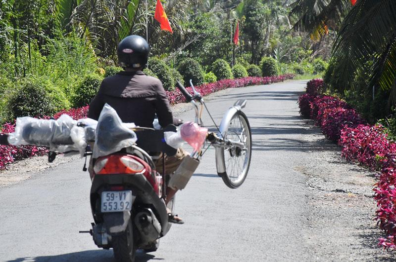 Đường nông thôn hẹp nhưng chở xe kiểu này thì tai nạn làm sao không xảy ra (ảnh chụp tại Thạnh Phú Đông, huyện Giồng Trôm). Ảnh: Bừa cỏ