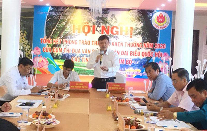 Phó chánh Văn phòng Đoàn ĐBQH tỉnh Bến Tre Nguyễn Văn Tân báo cáo kết quả công tác.