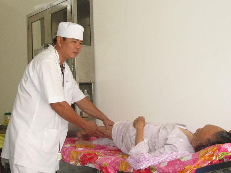 Bác sĩ Huỳnh Văn Công khám bệnh cho bệnh nhân.  Ảnh: H.Đức