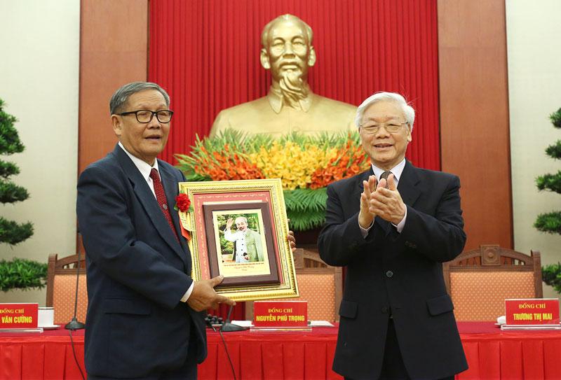 Ông Trịnh Văn Y được Tổng Bí thư - Chủ tịch nước Nguyễn Phú Trọng tặng ảnh Bác Hồ.