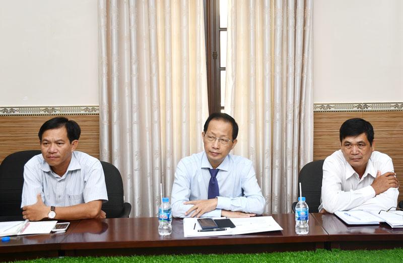 Phó chủ tịch UBND tỉnh Nguyễn Trúc Sơn (giữa) tại buổi tiếp đoàn.