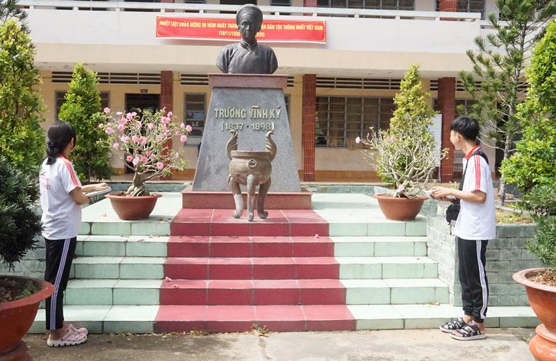 Tượng đài Trương Vĩnh Ký trong khuôn viên Trường THPT mang tên ông.
