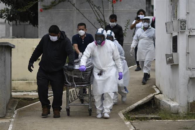 Chuyển thi thể bệnh nhân COVID-19 tại Mixco, Guatemala. Ảnh: AFP/ TTXVN