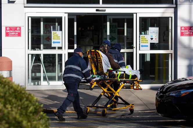 Nhân viên y tế chuyển bệnh nhân nhiễm COVID-19 tới bệnh viện ở Brooklyn, New York, Mỹ, ngày 3-12-2020. Ảnh: THX/TTXVN