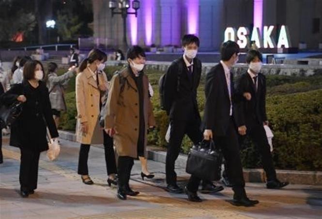 Người dân đeo khẩu trang phòng lây nhiễm COVID-19 tại Osaka, Nhật Bản. Ảnh: Kyodo/TTXVN