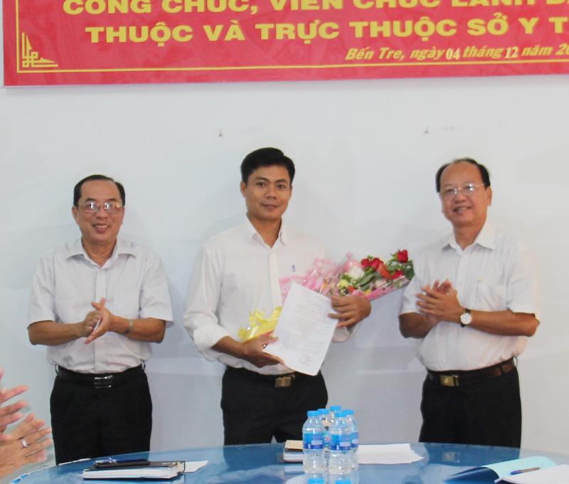 Ông Bùi Ái Đoan nhận quyết định bổ nhiệm và hoa chúc mừng từ Ban giám đốc Sở Y tế.