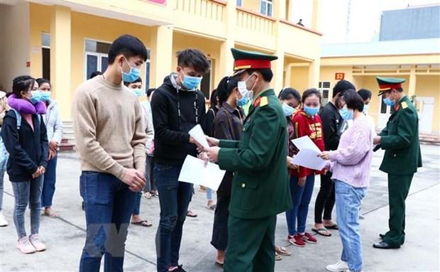 Cán bộ Bộ Chỉ huy Quân sự và Sở Y tế tỉnh Hòa Bình trao giấy chứng nhận hoàn thành thời gian cách ly y tế tập trung cho sinh viên Lào. Ảnh: Thanh Hải/TTXVN