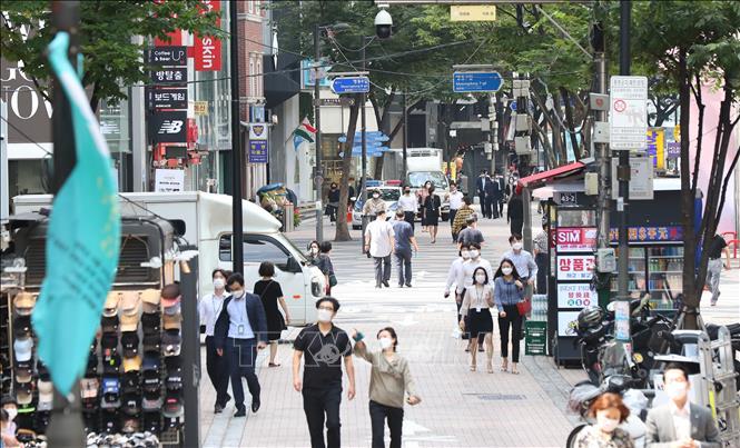 Người dân di chuyển trên đường phố tại thủ đô Seoul, Hàn Quốc. Ảnh minh họa: Yonhap/TTXVN