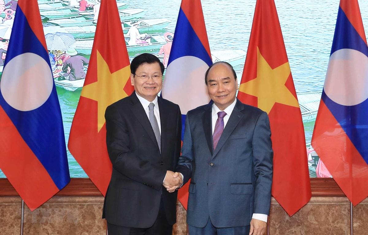 Thủ tướng Nguyễn Xuân Phúc và Thủ tướng Lào Thongloun Sisoulith. Ảnh: Thống Nhất/TTXVN