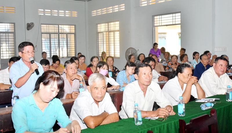 Cử tri phát biểu trong buổi tiếp xúc cử tri trước Kỳ họp thứ 19 tại xã Phong Nẫm, huyện Giồng Trôm. Ảnh: H. Hiệp