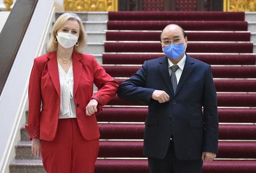 Thủ tướng Nguyễn Xuân Phúc và Bộ trưởng Thương mại Quốc tế Vương quốc Anh Elizabeth Truss. Ảnh: VGP/Quang Hiếu