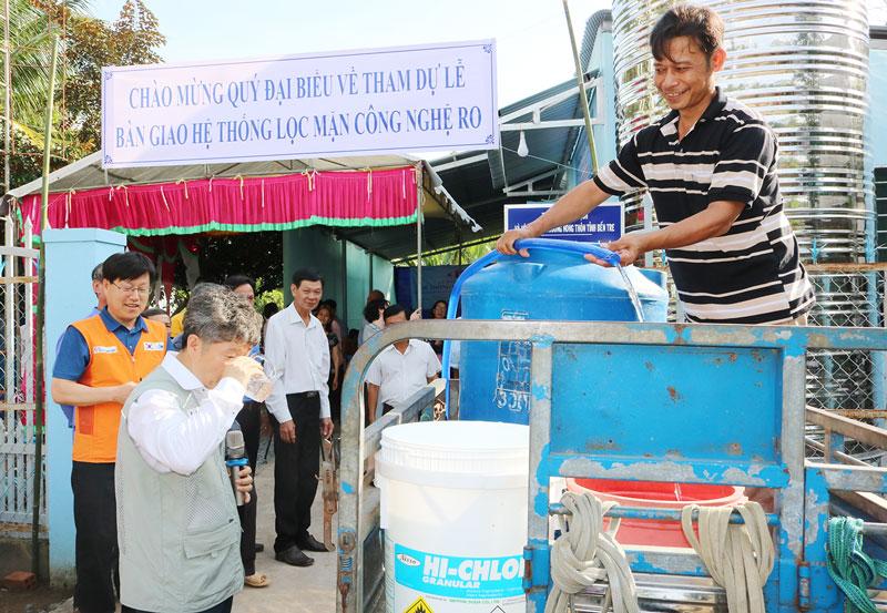 Hệ thống lọc nước RO tại xã Tân Phú Tây (Mỏ Cày Bắc). Ảnh: P. Hân