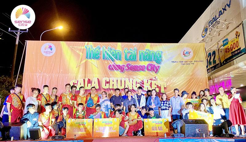 Ban tổ chức trao giải cho các thí sinh.