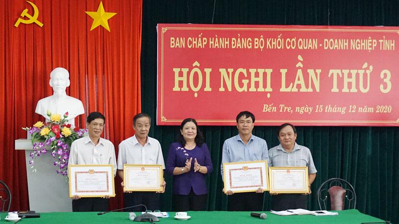 Phó bí thư Thường trực Tỉnh ủy Hồ Thị Hoàng Yến trao bằng khen cho các tập thể, cá nhân tại hội nghị.