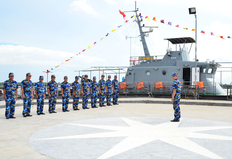 Cán bộ, chiến sĩ tàu tuần tra cao tốc Hải đội Biên phòng 2 quán triệt mệnh lệnh trước khi lên đường làm nhiệm vụ. Ảnh: Biên Cương