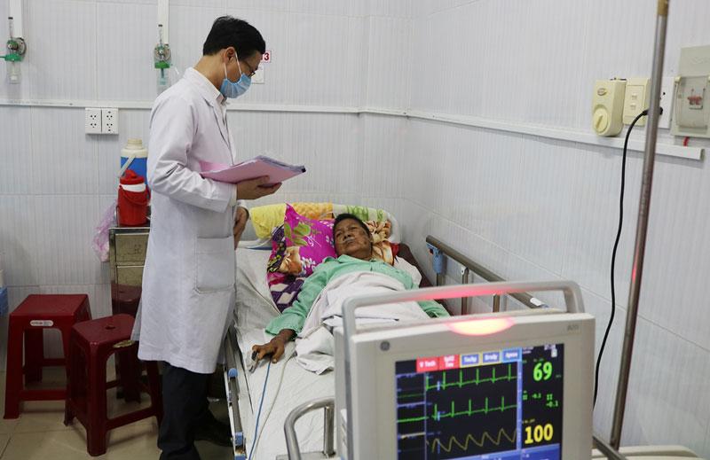 BS CKII Lê Mộng Toàn thăm hỏi bệnh nhân sau thủ thuật.