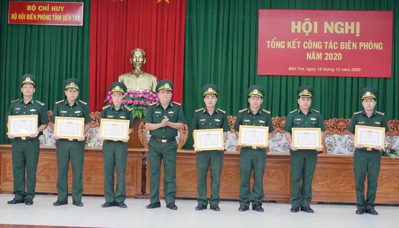 Trao tặng danh hiệu chiến sĩ tiên tiến cho các cá nhân.