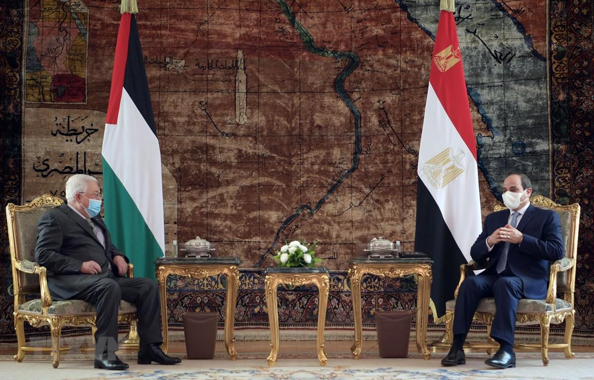 Tổng thống Ai Cập Abdel-Fattah El-Sisi (phải) và người đồng cấp Palestine Mahmoud Abbas (trái) trong cuộc gặp tại Cairo ngày 30-11-2020. (Ảnh: AFP/TTXVN)